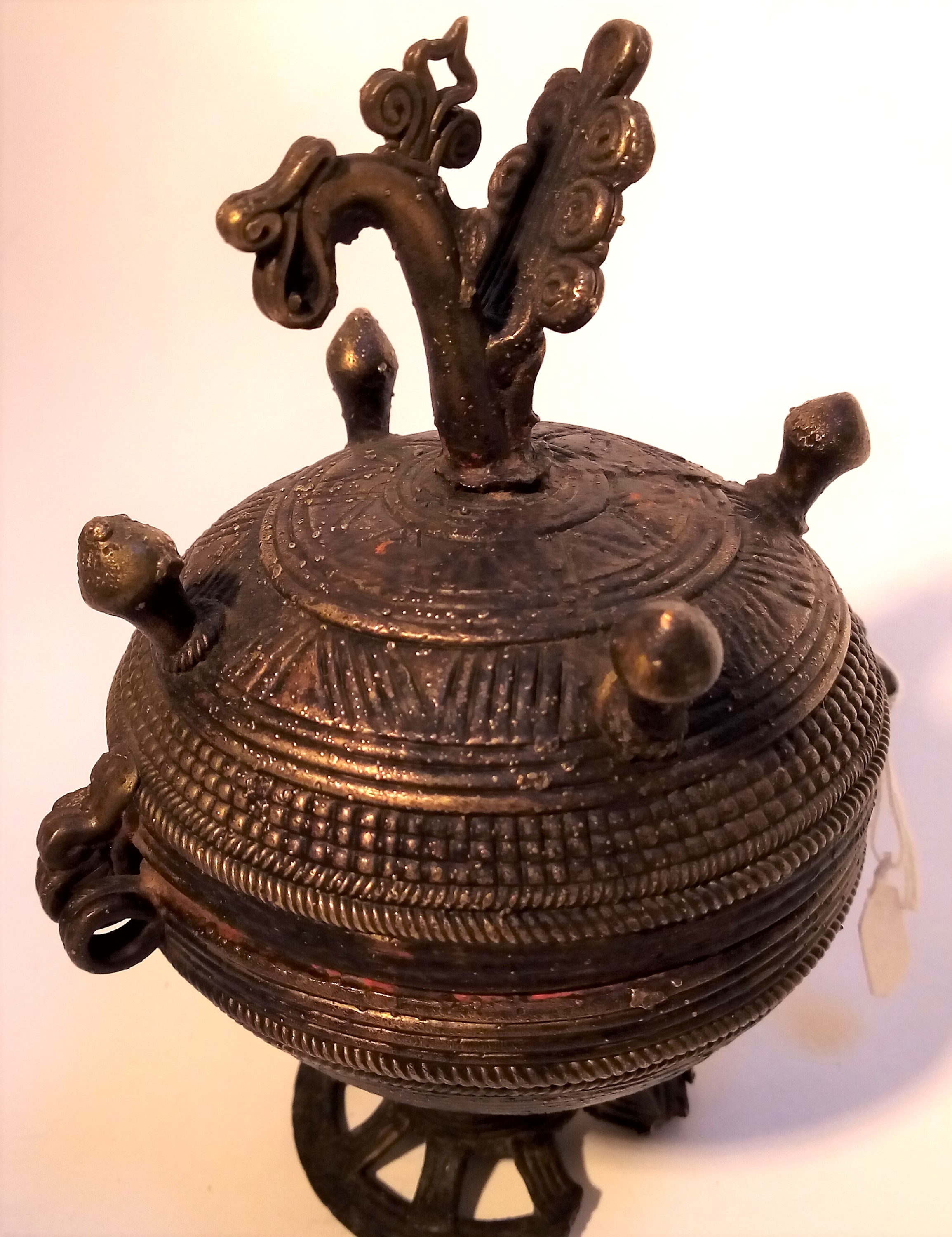 Cast brass container and lamp from India. The pot is used for kohl or binde, the lamp is a small oil - Image 3 of 4