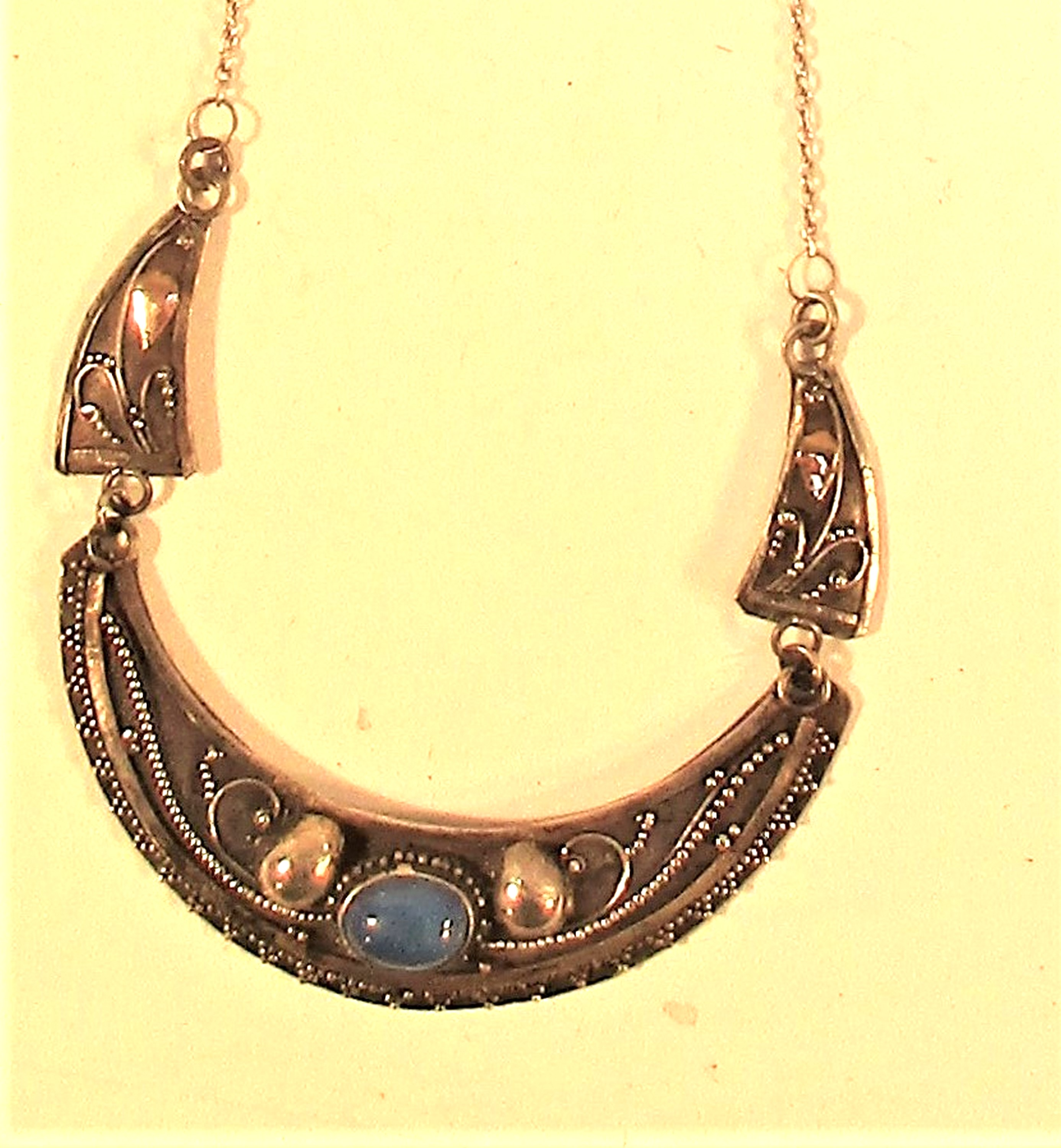 Balinese 925 silver pendant with gold wash and lapis lazuli stone. 24cm. - Image 2 of 2
