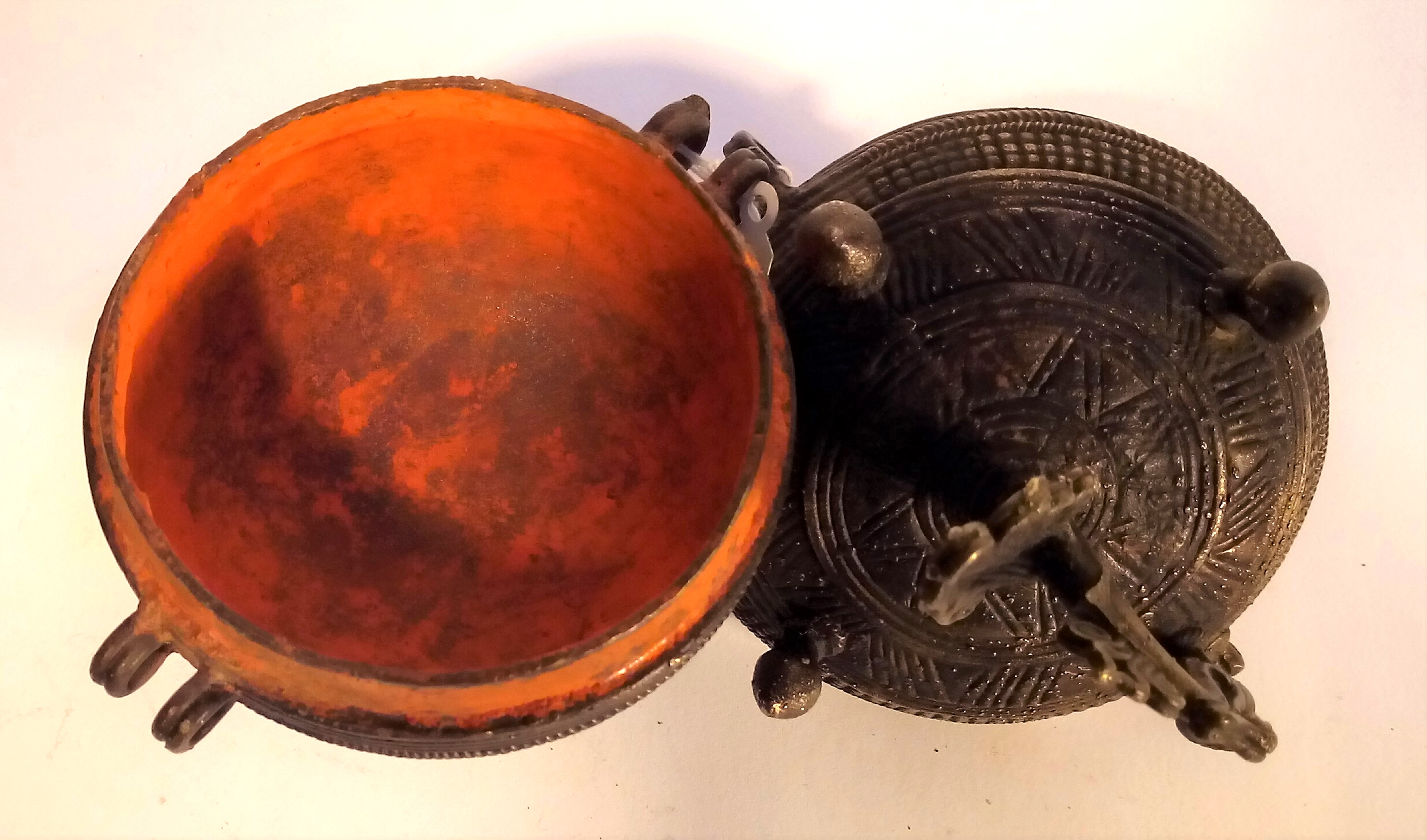 Cast brass container and lamp from India. The pot is used for kohl or binde, the lamp is a small oil - Image 2 of 4