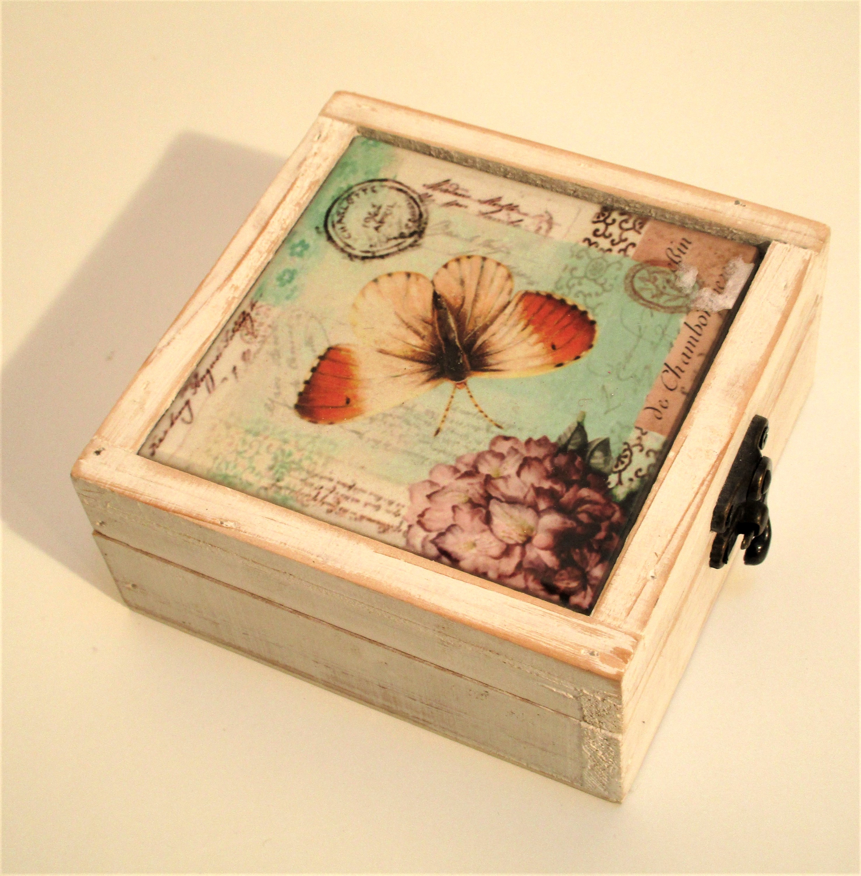 Storage box with orange tip butterfly and postage mark designed tile on the lid. Painted white - Image 3 of 3