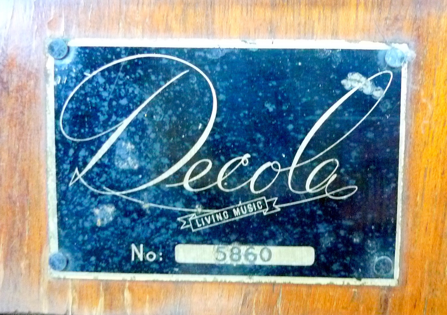 A vintage 'Decola' radiogram, by The Decca Record Company Limited, Rd. Desn. 844055, 'Decola' No. - Image 7 of 9