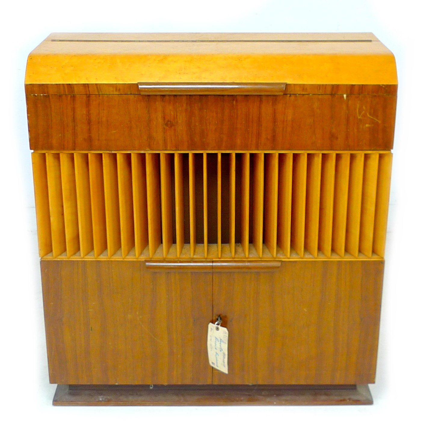 A vintage 'Decola' radiogram, by The Decca Record Company Limited, Rd. Desn. 844055, 'Decola' No. - Image 4 of 9