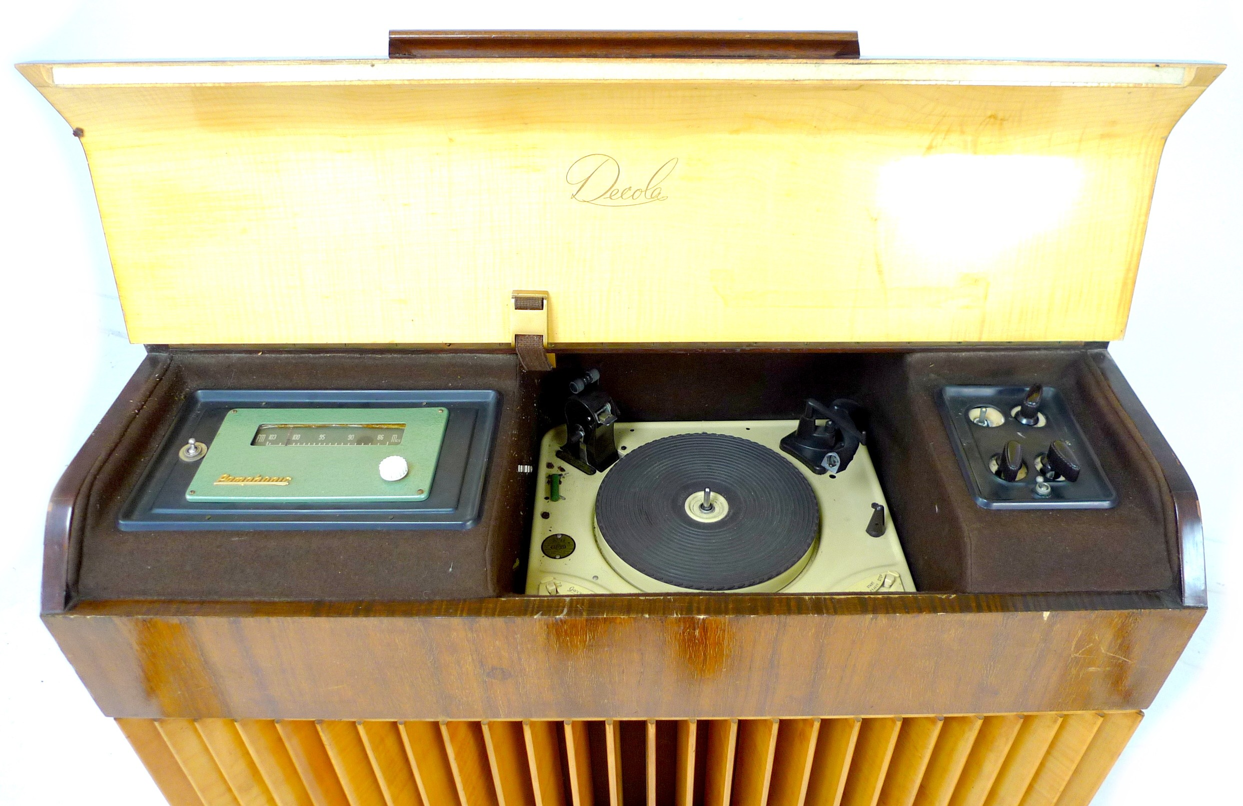 A vintage 'Decola' radiogram, by The Decca Record Company Limited, Rd. Desn. 844055, 'Decola' No. - Image 3 of 9