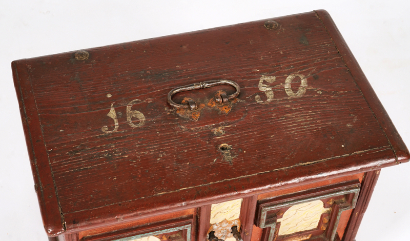 A 17TH CENTURY GERMAN PAINTED PINE CASKET - Image 2 of 2