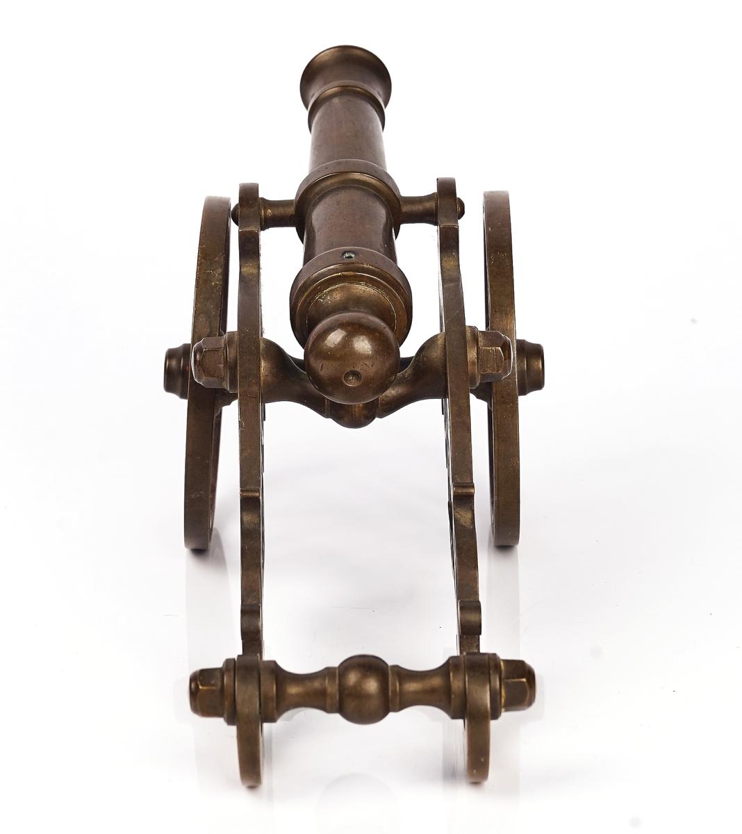 A BRASS MODEL OF A FIELD GUN - Image 5 of 7