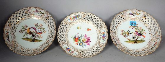 A PAIR OF MEISSEN PORCELAIN BOWL BOWLS DECORATED WITH BIRDS AND PIERCED DECORATION (3)