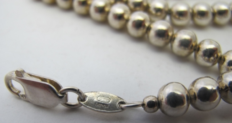 A white metal necklace consisting of a s - Image 2 of 4