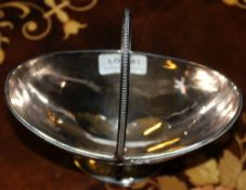 A HALLMARKED SILVER SWING HANDLED PEDESTAL BOAT SHAPED BOWL with engraved armorial crest (249g)