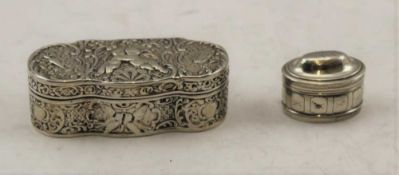 A GEORGIAN SILVER NUTMEG GRATER with removable dome cover, incised decoration, oval form, 3cm x 2cm,