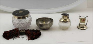 AN EARLY 20TH CENTURY SILVER MOUNTED GLASS SCENT BOTTLE with inlaid tortoiseshell cover, London
