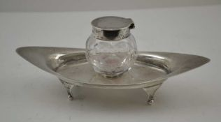 CHARLES & GEORGE ASPREY AN EDWARDIAN SILVER INKWELL, the stand raised on four feet, the facet
