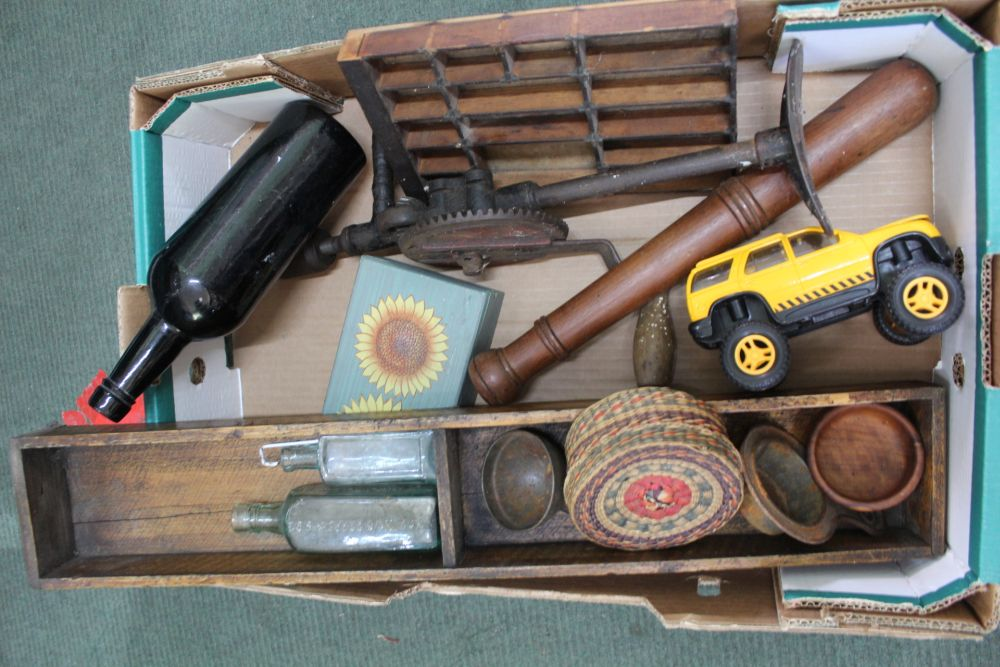 A BOX CONTAINING A MIXED SELECTION OF DOMESTIC COLLECTABLES AND USEFUL ITEMS