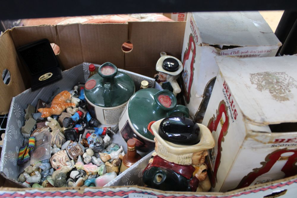 A BOX CONTAINING A SELECTION OF COLLECTABLE FIGURINES to include whisky decanters and similar items
