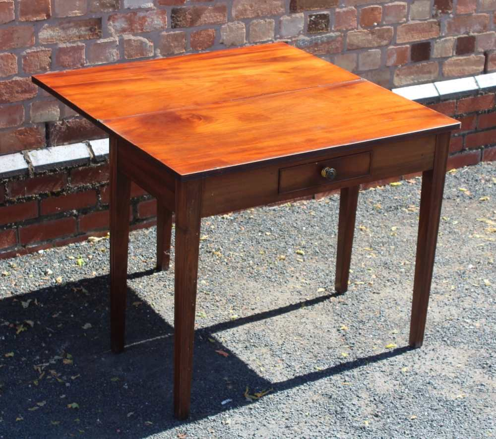 AN EARLY 19TH CENTURY PLAIN FORM FOLD-OVER TEA TABLE having reeded edge over single central - Image 7 of 7