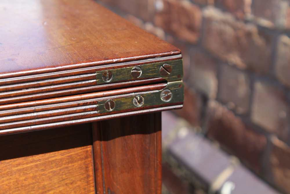 AN EARLY 19TH CENTURY PLAIN FORM FOLD-OVER TEA TABLE having reeded edge over single central - Image 4 of 7