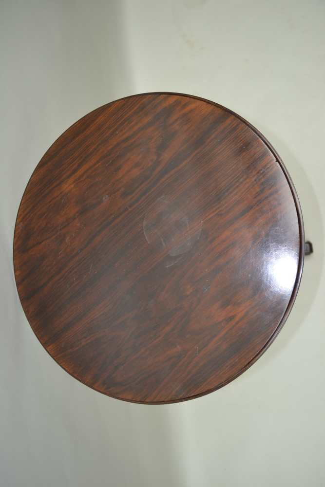 A REGENCY DESIGN ROSEWOOD CIRCULAR TOPPED TABLE on turned & reeded column, three inlaid downswept - Image 3 of 3