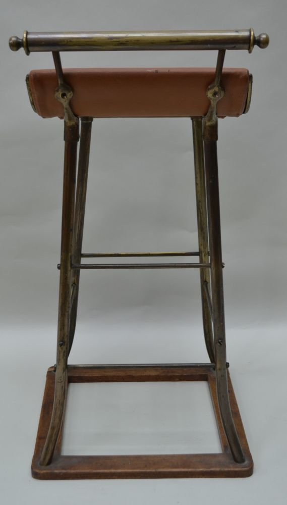 AN EARLY TO MID 20TH CENTURY COUNTER STOOL, brass frame with a sweeping seat on an oak frame base, - Image 4 of 4