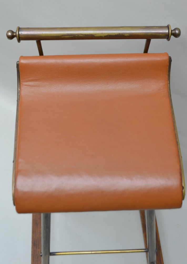 AN EARLY TO MID 20TH CENTURY COUNTER STOOL, brass frame with a sweeping seat on an oak frame base, - Image 2 of 4