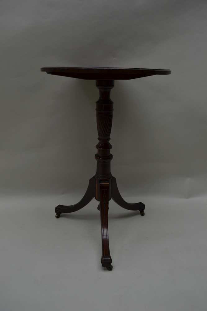 A REGENCY DESIGN ROSEWOOD CIRCULAR TOPPED TABLE on turned & reeded column, three inlaid downswept