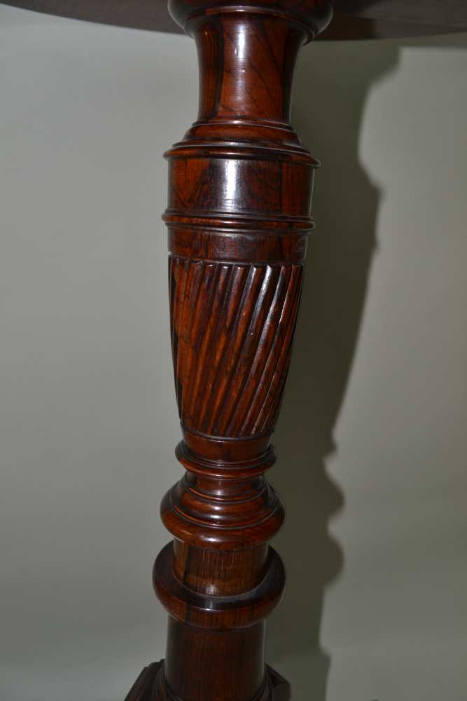 A REGENCY DESIGN ROSEWOOD CIRCULAR TOPPED TABLE on turned & reeded column, three inlaid downswept - Image 2 of 3
