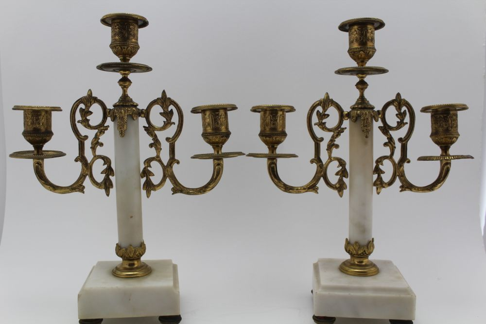 A LATE 19TH CENTURY FRENCH WHITE MARBLE & GILT BRASS CLOCK GARNITURE, the clock of Portico type, the - Image 7 of 9