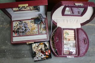 A BOX CONTAINING A SELECTION OF JEWELLERY BOXES plus contents