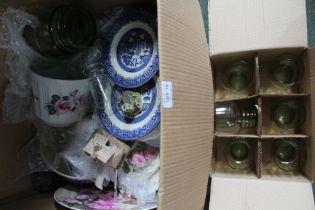A BOX CONTAINING MIXED CHINA & GLASSWARE
