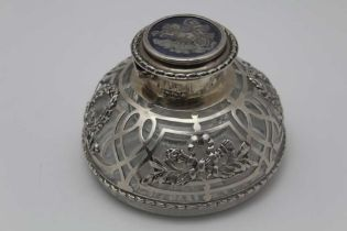WILLIAM COMYNS An Edwardian silver mounted lead crystal desk inkwell, pierced & repousse