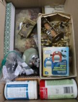 A BOX CONTAINING A SELECTION OF USEFUL & COLLECTABLE DOMESTIC ITEMS VARIOUS