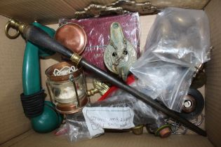 A BOX CONTAINING A SELECTION OF VARIOUS USEFUL & COLLECTABLE DOMESTIC ITEMS