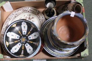 A BOX CONTAINING DECORATIVE POTTERY & PORCELAIN to include leading brand names