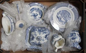A BOX CONTAINING A SELECTION OF BLUE & WHITE YUAN PATTERNED TABLE WARES