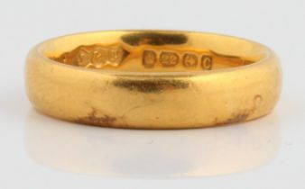 A hallmarked 22ct wedding band, ring size L, approx. weight 6.4g.