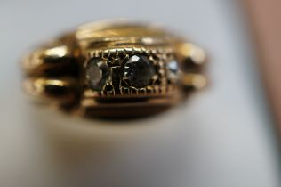 9ct Gold Gents Three Stone Ring, weight 11.7g - Si