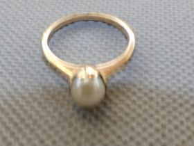 9ct Gold ring set with solitaire pearl Size M