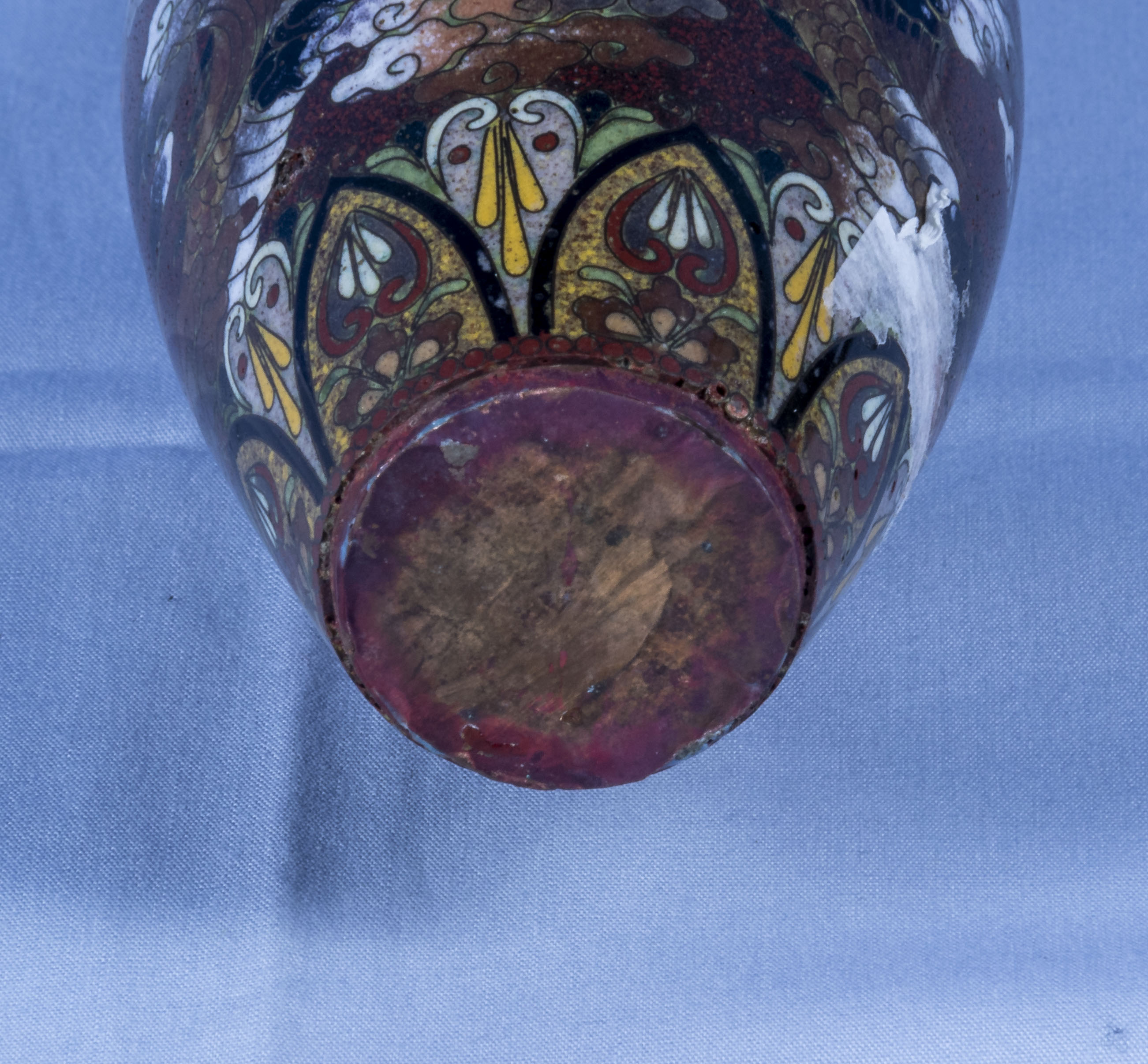 A fine quality Japanese miniature cloisonne vase decorated with dragons - Image 6 of 6