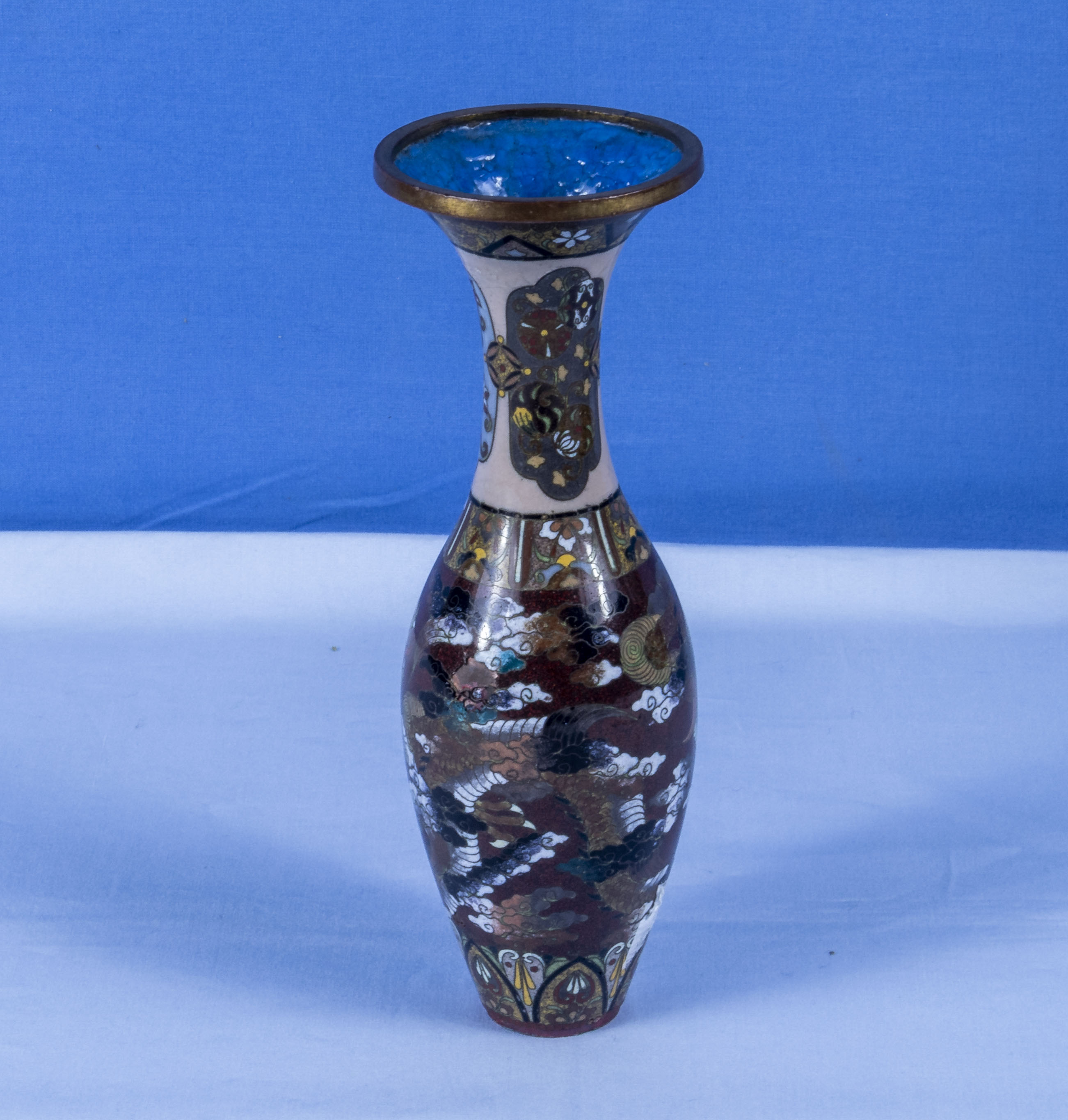 A fine quality Japanese miniature cloisonne vase decorated with dragons - Image 3 of 6