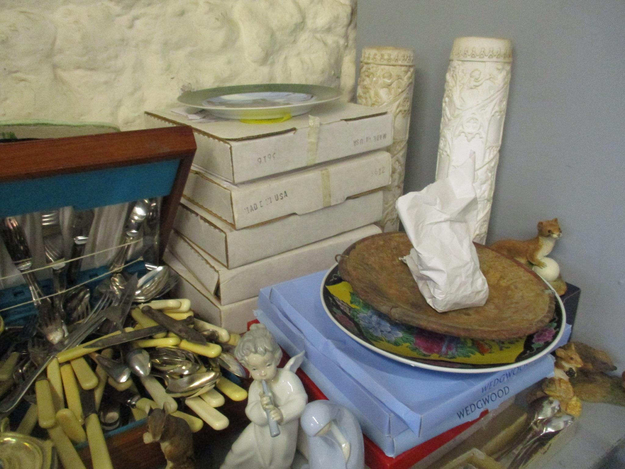 A miscellaneous lot to include a cased set of silver plated cutlery, various collectors plate and - Image 3 of 5
