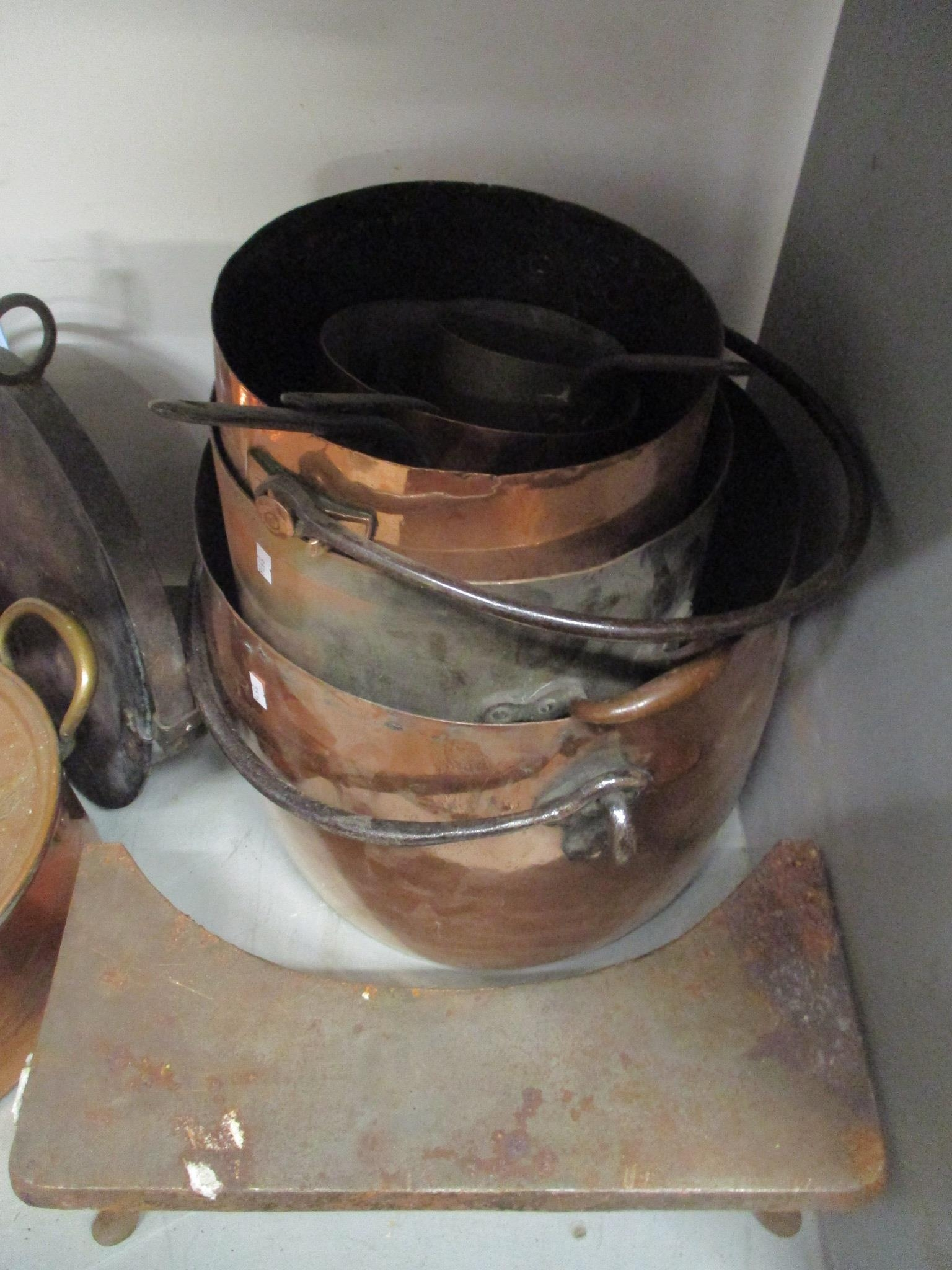 A good selection of copper and brassware to include graduated pans, jelly moulds, kettle, pots and - Image 2 of 5