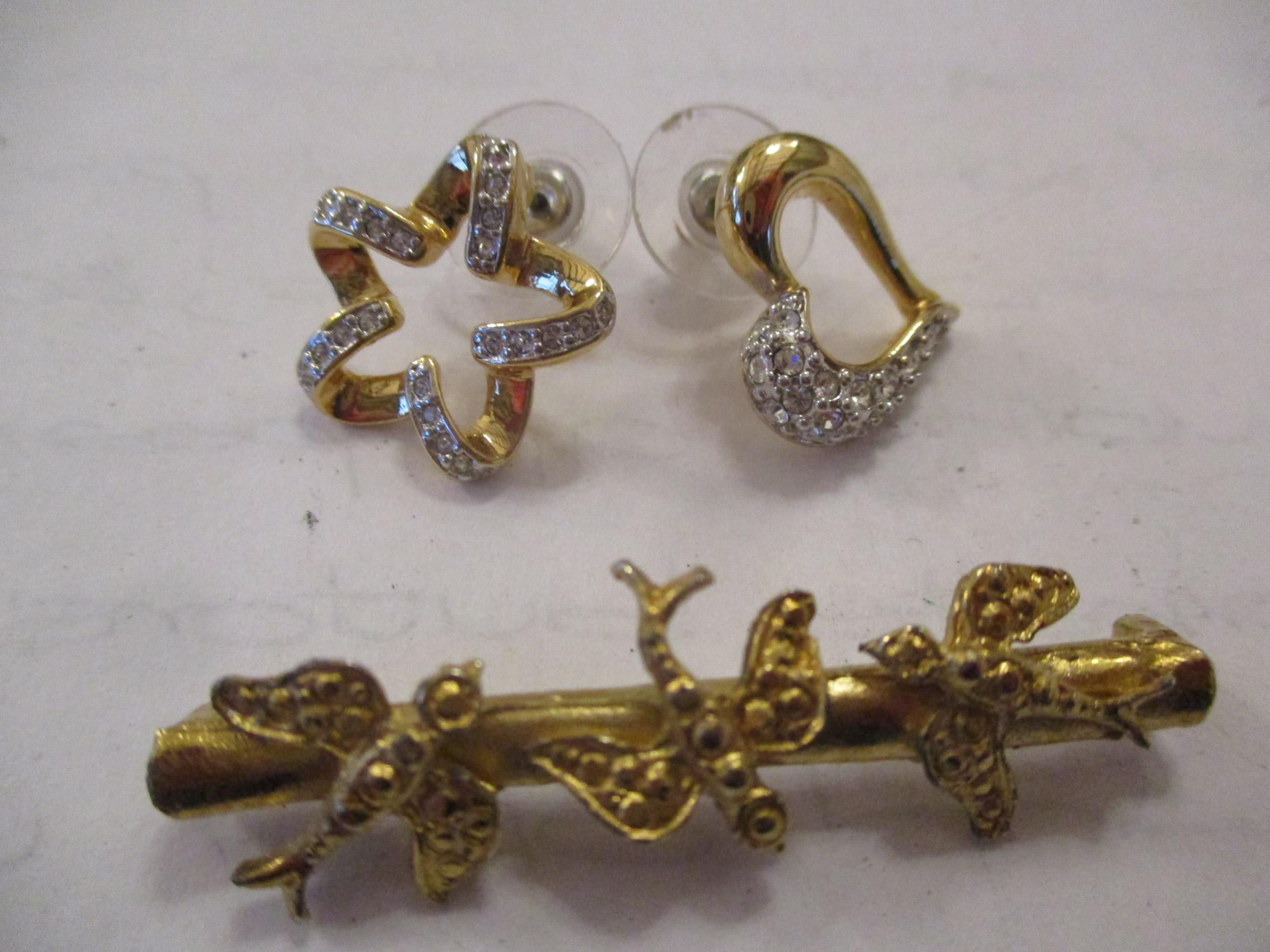 An interesting lot to include shoe buckles, silver coloured and white metal pendants, brooches, - Image 13 of 15
