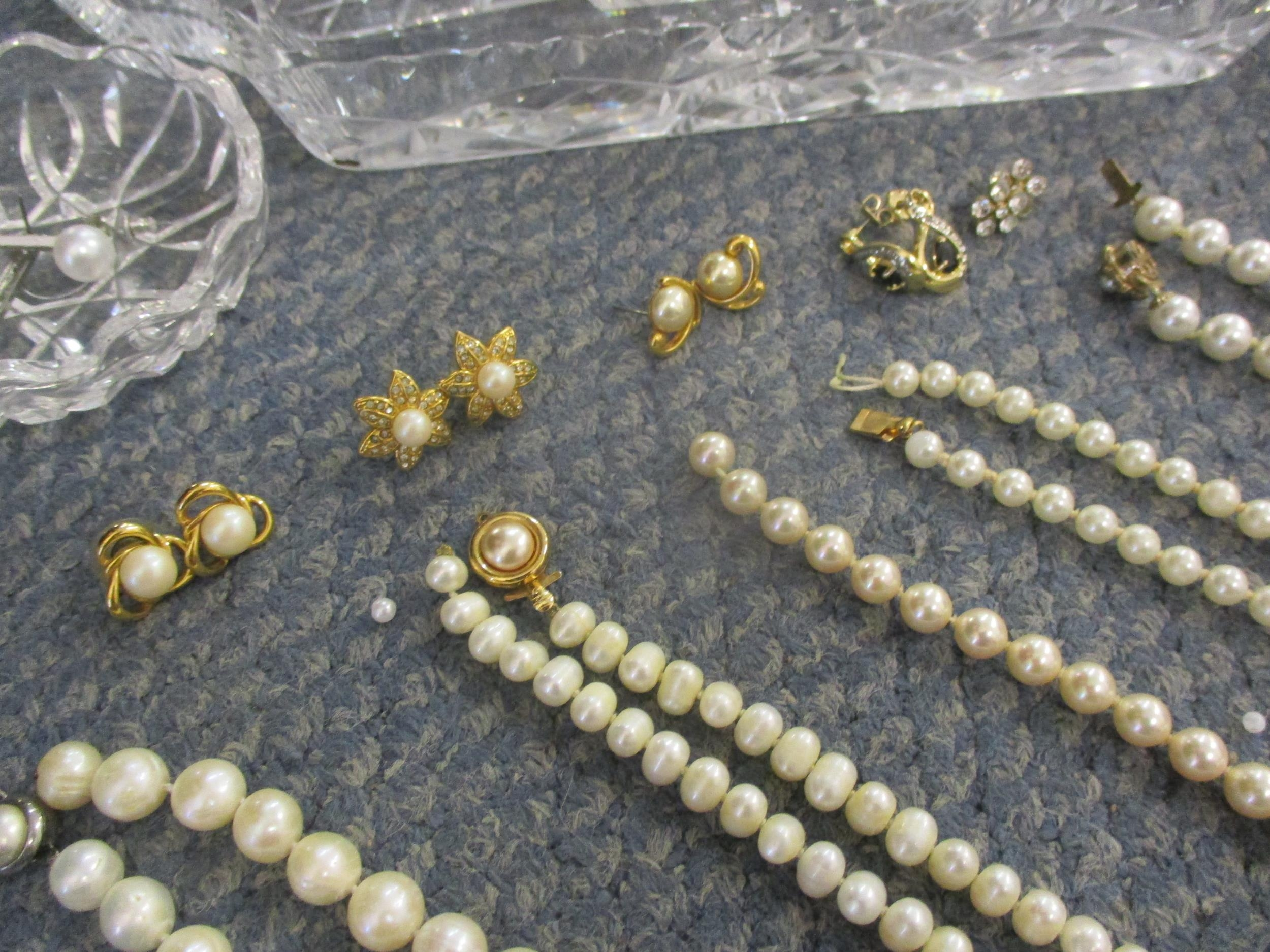 A 20th century cut glass dressing table set together with pearl and faux pearl costume jewellery - Image 2 of 3