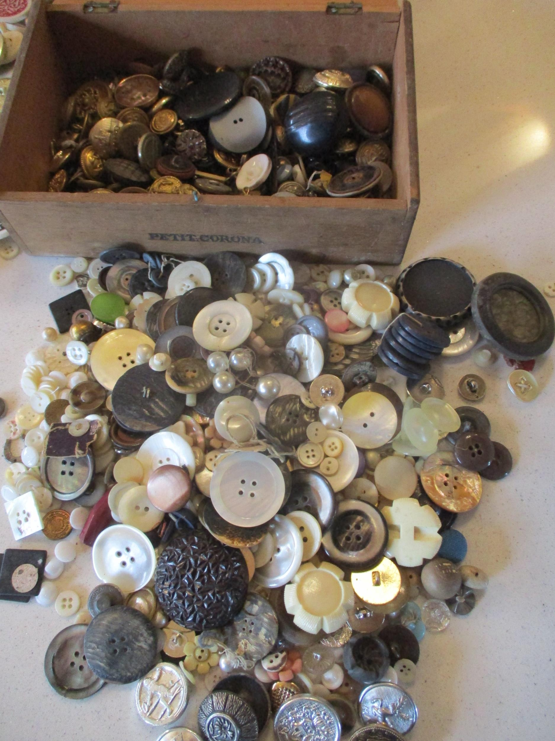 A large quantity of imperfect 1940s Artid buttons A/F, to include 'Fido the Dog', '19th century lady - Image 5 of 6