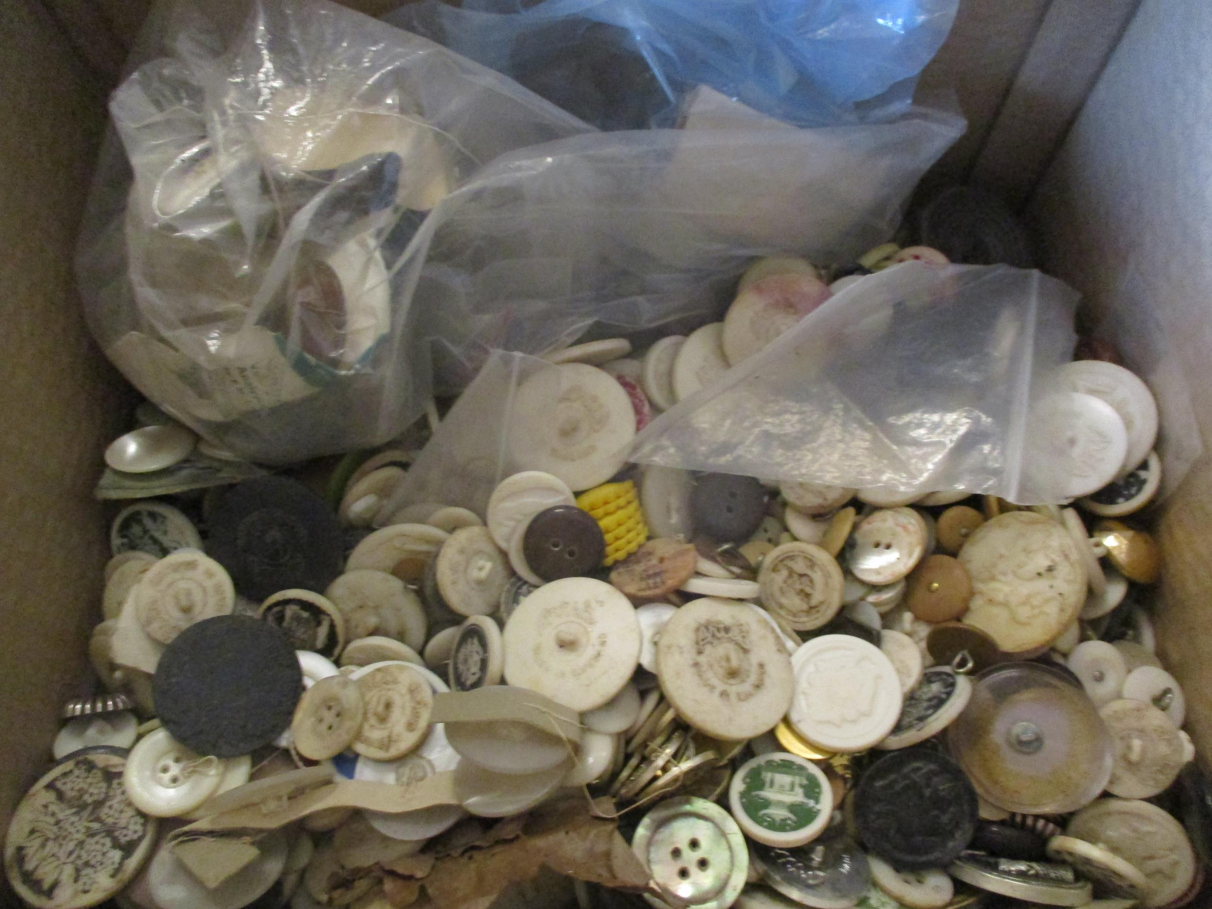 A large quantity of imperfect 1940s Artid buttons A/F, to include 'Fido the Dog', '19th century lady - Image 4 of 6