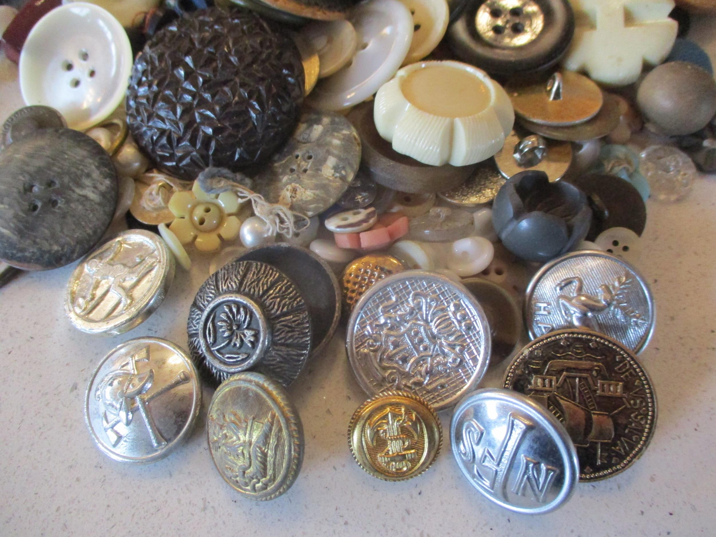 A large quantity of imperfect 1940s Artid buttons A/F, to include 'Fido the Dog', '19th century lady - Image 6 of 6