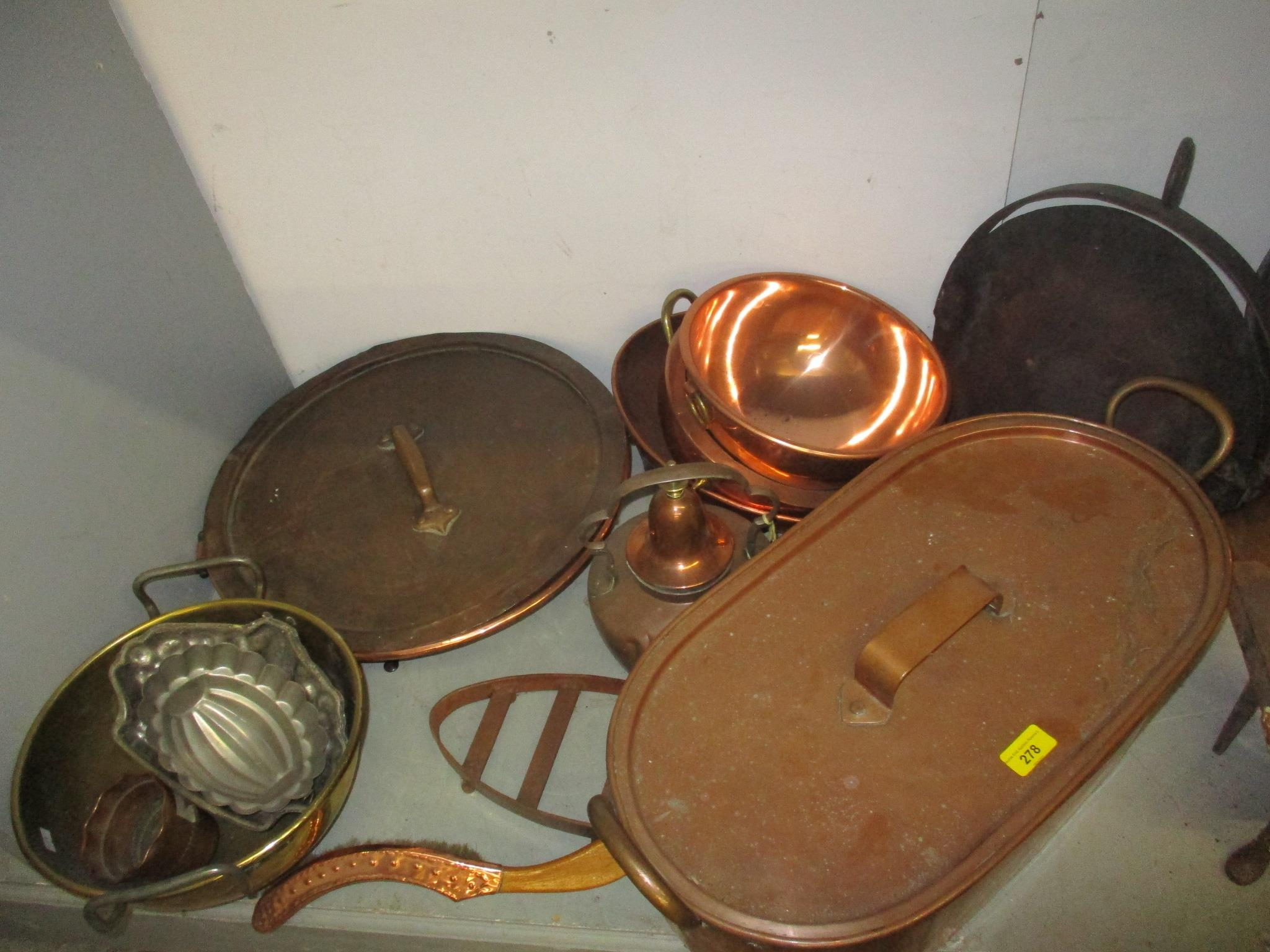 A good selection of copper and brassware to include graduated pans, jelly moulds, kettle, pots and - Image 4 of 5