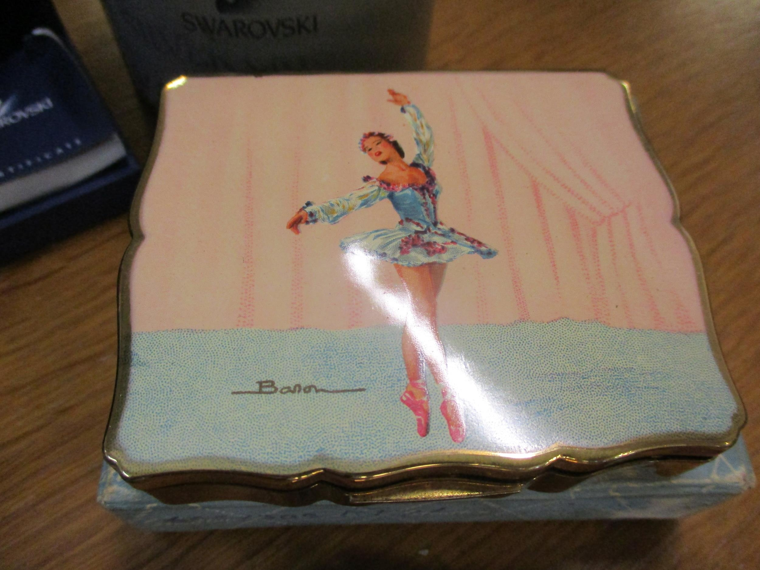 A small quantity of collectibles to include a Stratton compact with a painted image of a ballerina - Image 4 of 6
