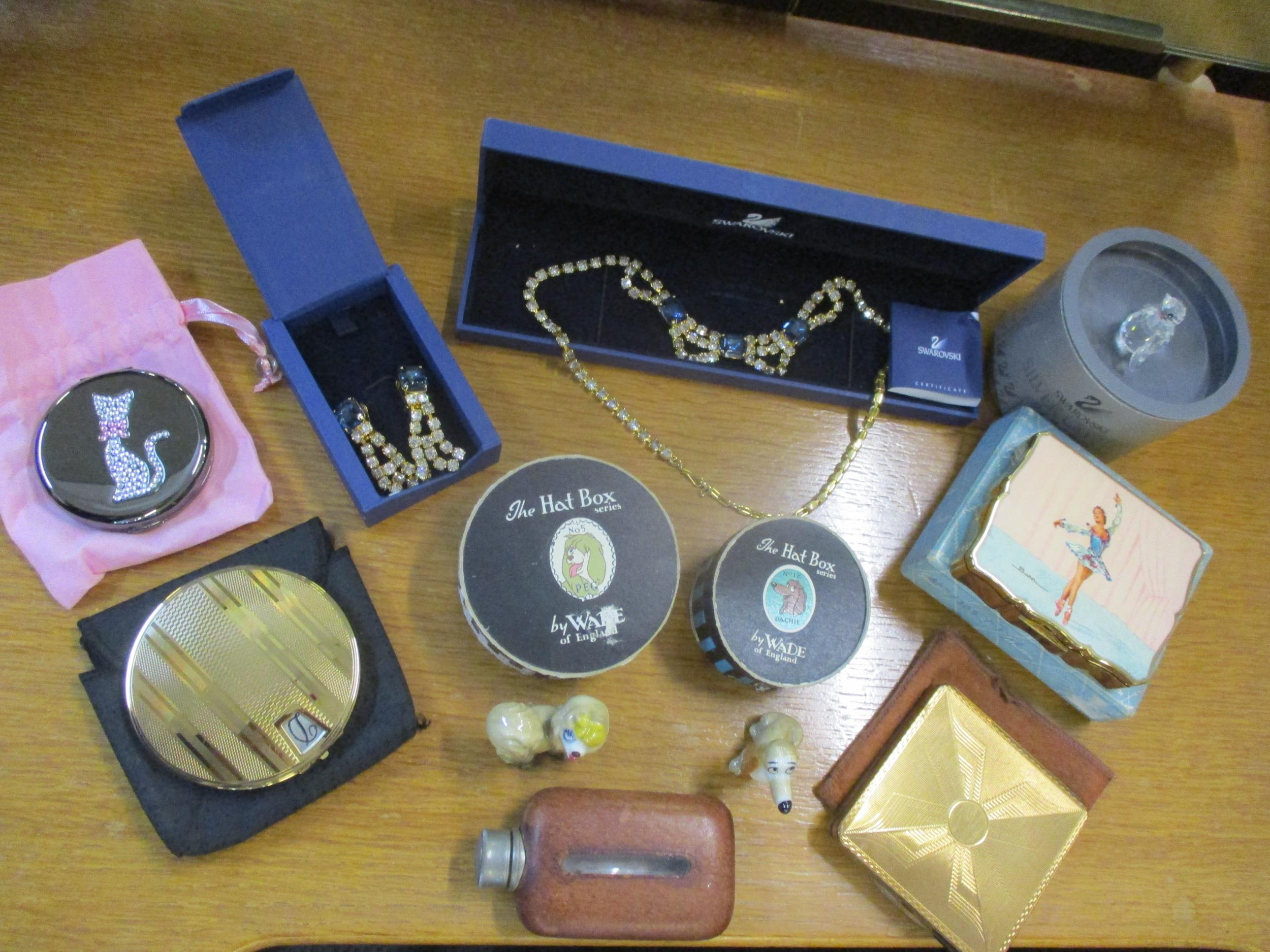 A small quantity of collectibles to include a Stratton compact with a painted image of a ballerina