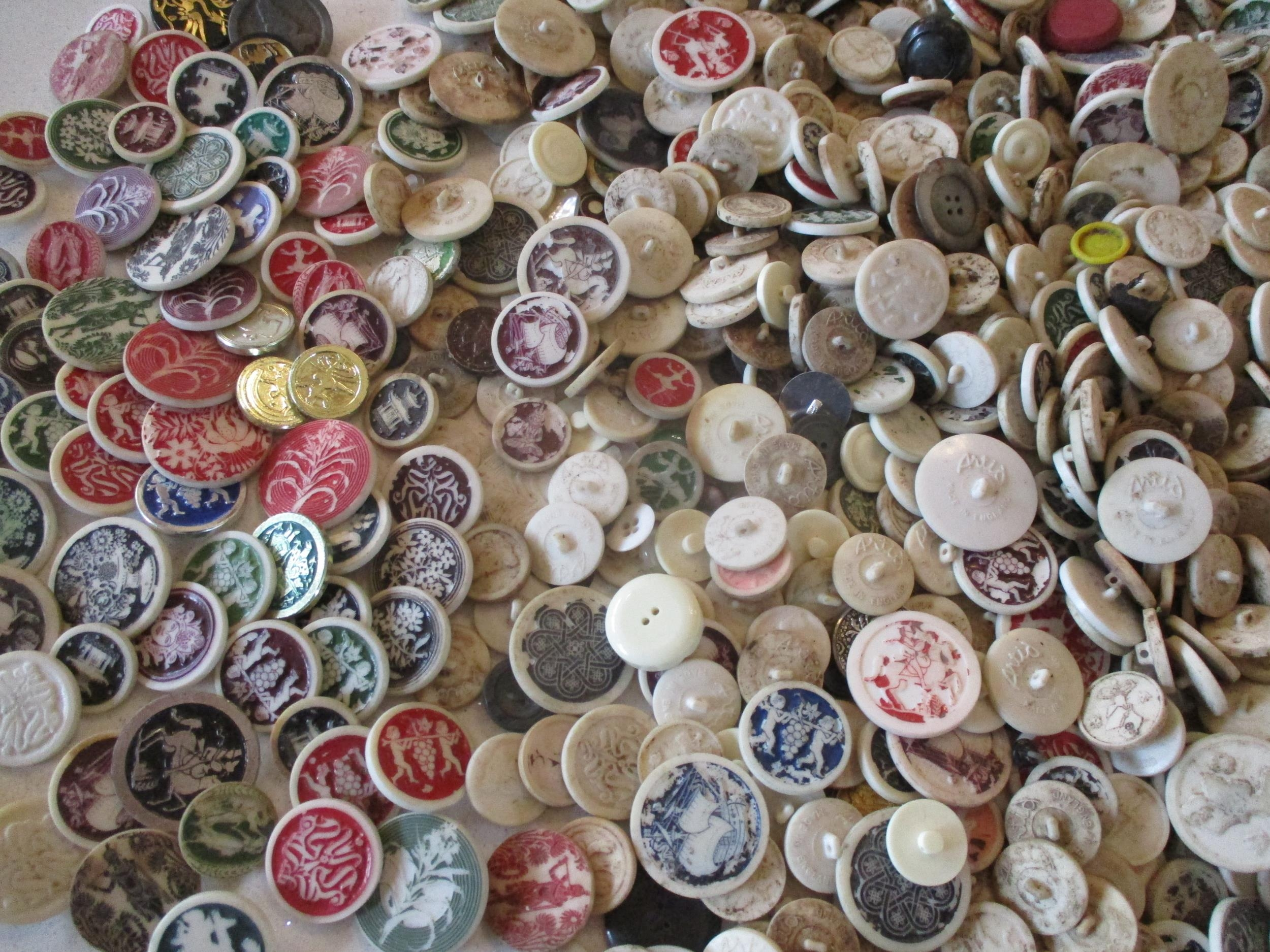 A large quantity of imperfect 1940s Artid buttons A/F, to include 'Fido the Dog', '19th century lady - Image 3 of 6