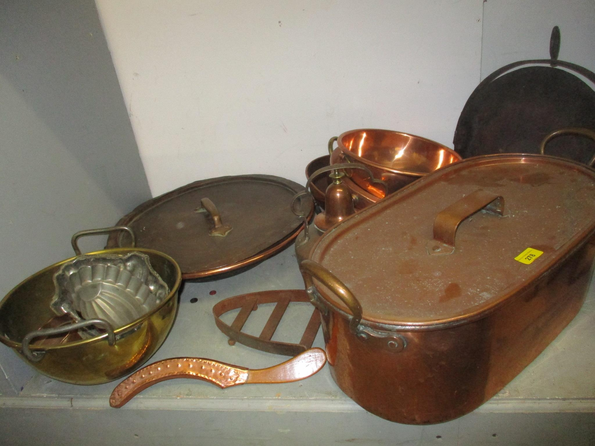A good selection of copper and brassware to include graduated pans, jelly moulds, kettle, pots and - Image 5 of 5