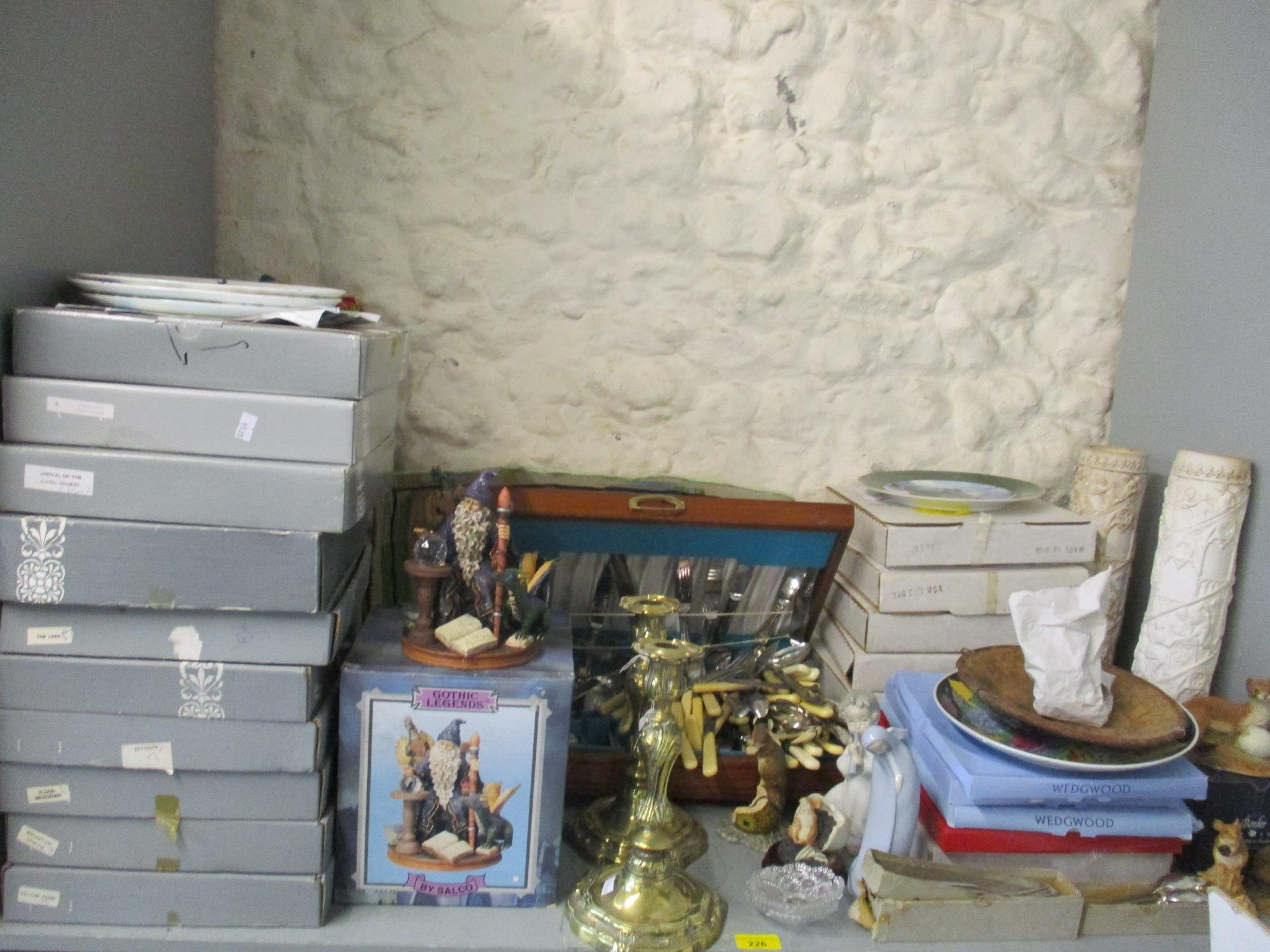 A miscellaneous lot to include a cased set of silver plated cutlery, various collectors plate and